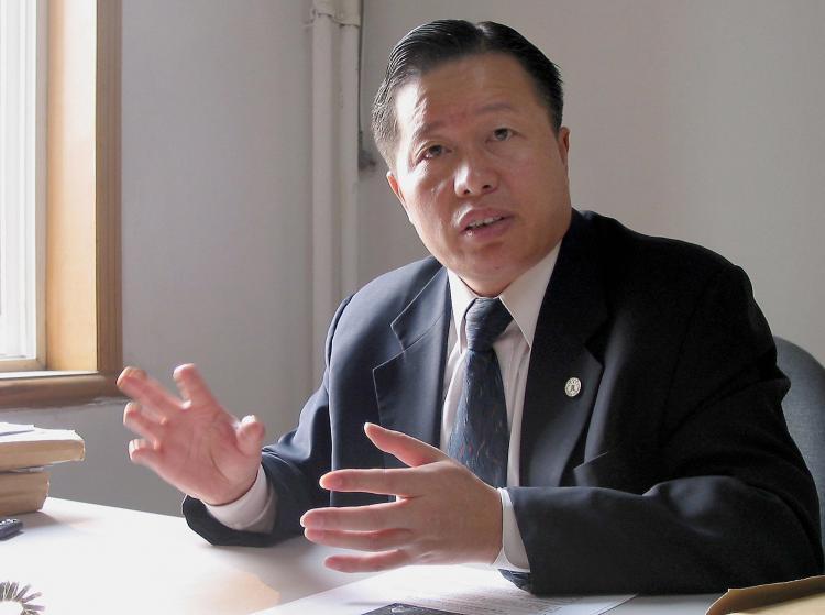 گائو جیشنگ، شخصی شناخته شده در سطح بینالملل، از آوریل ۲۰۱۰ ناپدید شده است. جیانگ تیانیونگ، تانگ جیتیان، و شیه یانیی، که از وکلای حقوق بشردر پکن هستند، ضمن محکوم کردن مسئولین حقوق بشر در حزب کمونیست چین از مقامات پکن آزادی گائو را خواستار شدند. ( ورنا یو/ گِتی ایمیجِز)