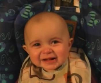 احساساتی شدن کودک زمانی که صدای آواز مادرش را میشنود. (ویدئو)