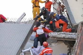 نجات یک زن از میان آوار مجتمع مسکونی سقوط کرده