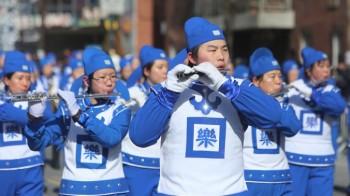 گروه مارش فالونگونگ با نام «تیان گو» در راه پیمایی