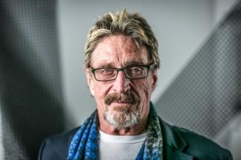 جان مکافی در گفت و گو با اپک تایمز درباره از دست دادن آزادی افراد در فضای مجازی
