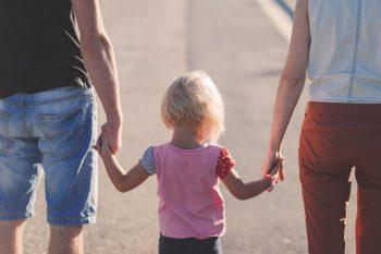به کدام رفتارهای کودک باید توجه کنیم ؟