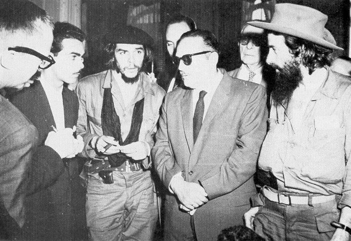 مانوئل اروتیا، اولین رییس جمهور کوبا پس از انقلاب به همراه چه گوارا و کمیلو سینفوگوس، رهبران شورشیان (Public Domain)