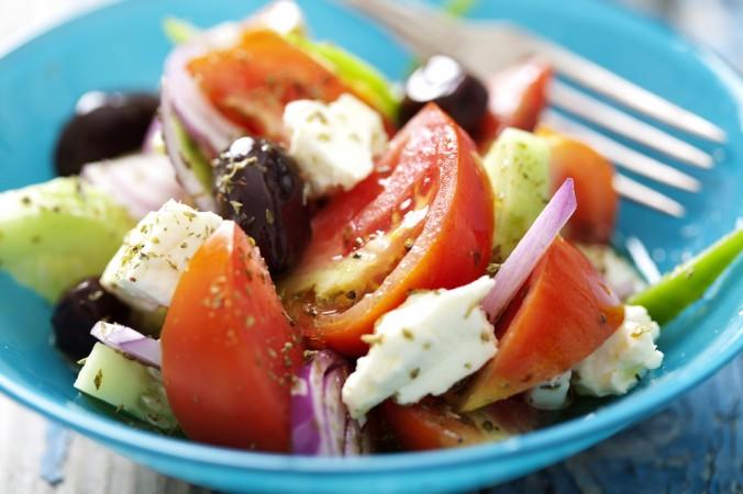 برای سالاد یونانی، سبزیجات را بلافاصله پس از خارج کردن از یخچال مصرف نکنید، صبر کنید تا سبزیجات به دمای اتاق برسند. (Liv friis-larsen/Shutterstock)