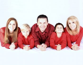 سعی کن بهترین پدر و مادر باشی. پس نقش خودت را خوب ایفا کن و یکی از آنها باش