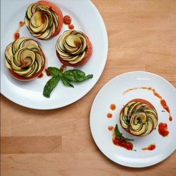 طرز تهیه راتاتویی با تزئین به شکل گل رز