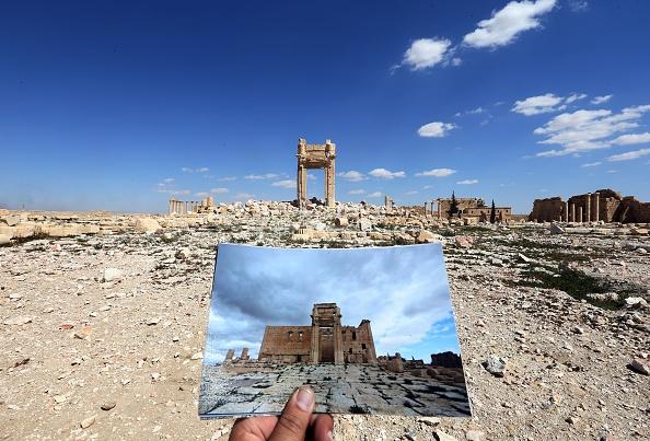 یک عکاس تصویری که از معبد بل واقع در پالمیرا،  در تاریخ ۱۴ مارس ۲۰۱۴ را گرفته است را در مقابل منظره ای که در تاریخ ۳۱ مارس ۲۰۱۶ از آن میبیند گرفته است. این مکان تاریخی در سال ۲۰۱۵ توسط تروریستهای داعش ویران شد. (JOSEPH EID/AFP/Getty Images)