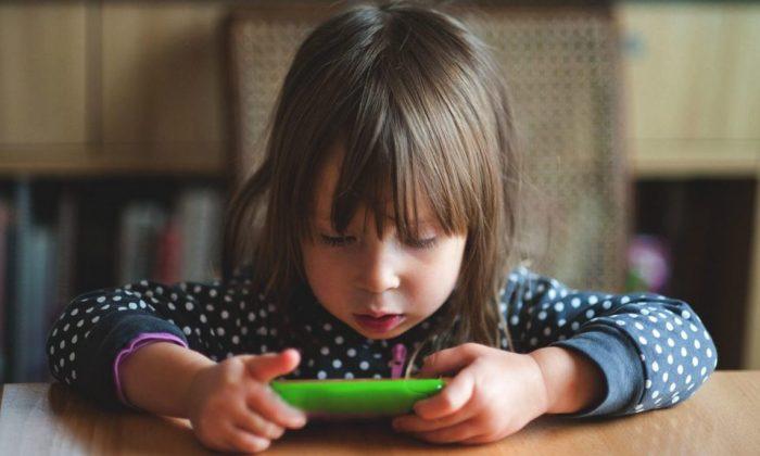 کودکان ممکن است ساعتها بی سرو صدا مشغول بازیهای کامپیوتری شوند. (Getty Images)