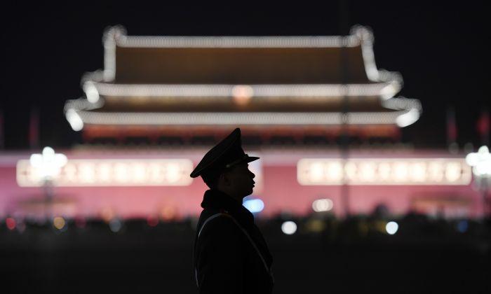 یک مأمور پلیس در میدان تیانآنمن پکن ، ۱۸ مارس ۲۰۱۸ (Greg Baker/AFP/Getty Images)