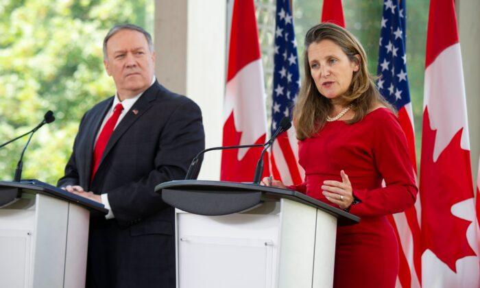 حضور وزرای امور خارجه کانادا و آمریکا در یک کنفرانس خبری در اوتاوا، ۲۲ آگوست ۲۰۱۹ (  Sebastien St-Jean/AFP/Getty Images))