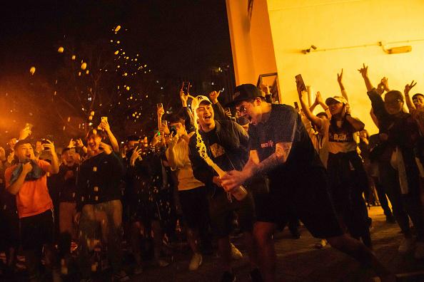 شادی بعد از انتخابات هنگ کنگ، نوامبر  ۲۰۱۹ (Billy H.C. Kwok/Getty Images)