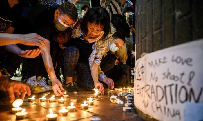 شمعافروزی حامیان دموکراسی در هنگکنگ. ۱۵ می ۲۰۲۰. (Anthony Wallace/AFP via Getty Images)