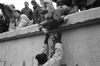 آیندهای روشن با رهایی از کمونیسم-برلین مراسم یادبود پنجاهمین سالروز احداث دیوار بدنام برلین را برگزار میکرد و شاهد یک دقیقه سکوت بود رهایی ازچنگال کمونیسم