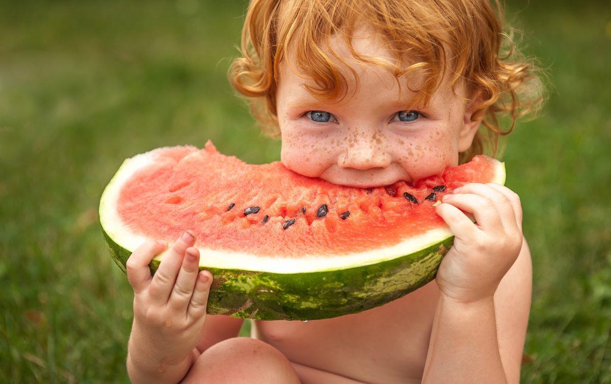 حفاظت از پوست خود مقابل آفتاب مراقبت با مواد غذایی مراقبت از پوست ضد آفتابهای خوراکی SPF ویتامین D اشعه UVA و UVB سرطان پوست هندوانه چای گوجه فرنگی گوآوا