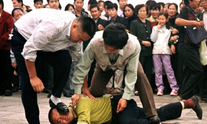 سرکوب تمرین کنندگان روش معنوی فالون گونگ در میدان تیان آن من پکن
