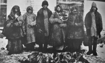 با مروری بر تاریخ رژیمهای اتحاد جماهیر شوروی و حزب کمونیست چین پیمیبریم که این رژیمهای کمونیستی تراژدیهای مشابهی را در تاریخ بشری رقم زدند.