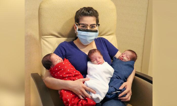 مگی سیلرو سه قلوهایش را در آغوش گرفته است. (Courtesy of The Woman's Hospital of Texas)