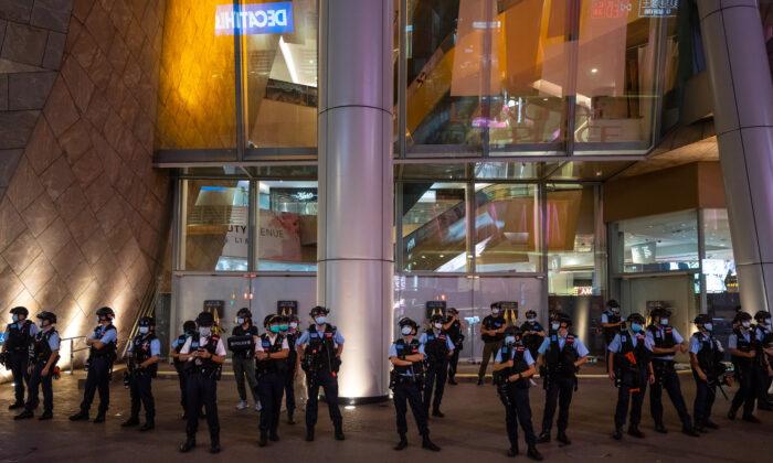 پلیس در مقابل مرکز خرید، پس از آنکه مردم هنگ کنگ برای آزادی مطبوعات اعتراض کردند.  (Billy H.C. Kwok/Getty Images)