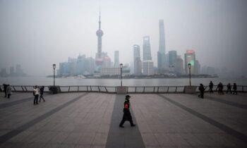 معجونی از فقر، نابرابری و فساد در چین برخی از مردم در جامعه غرب با این ادعا که کمونیسم با وجود حاکمیت استبدادی خود، یک سیستم برابری است، گمراه شدهاند.