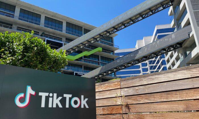 لوگوی تیک تاک، اپلیکیشن ویدئوی چینی، در مقابل ساختمان این شرکت در لس آنجلس (Chris Delmas/AFP via Getty Images)