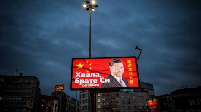 بیلبوردی از شی جین پینگ، رهبر چین با عبارت «متشکرم برادر شی»، که در تاریخ 30مارس2020 در صربستان نمایش داده شده است. (Andrej Isakovic/AFP via Getty Images)