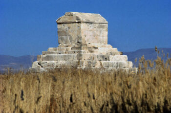 روز جهانی كوروش سايرس دی (Cyrus Day) نامگذاری شده است كه از ديرباز پارسيان، يهوديان، دوستداران حقوق بشر، آن را گرامي داشته و رعايت می كنند