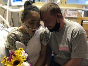 بیمارستان آخرین آرزوی زنی در لاس وگاس آمریکا هنگامی محقق شد که توانست با وجود محدودیتهای کووید-۱۹، در بیمارستان با دوست پسرش ازدواج کند.