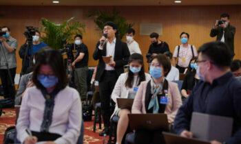 کمونیست هزاران روزنامهنگار این کشور بایستی آزمونهایی درباره ایدئولوژی کمونیست را بگذرانند تا مجوز خبرنگاری مورد تأیید حکومت خود را دریافت