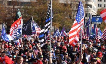 واشنگتن جمعیت انبوه در تظاهرات واشنگتن دیسی در حمایت از دونالد ترامپ، خواستار انتخابات صادقانه شدند علایمی چون «دزدی را متوقف کنید»