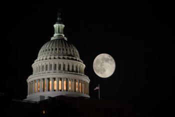 نمایندگان قانونگذاران ایالتی جمهوریخواه از اعضای کنگره خواستند تا از دادخواست آنان حمایت کنند رئیس ستاد کاخ سفید در توییتر نوشت: «هماکنون،