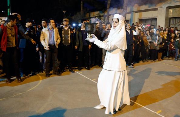 جشن سالانه سده با حمل گلدان حاوی زغال سنگ برای افروختن آتش. 30 ژانویه 2015، تهران (ATTA KENARE/AFP via Getty Images)