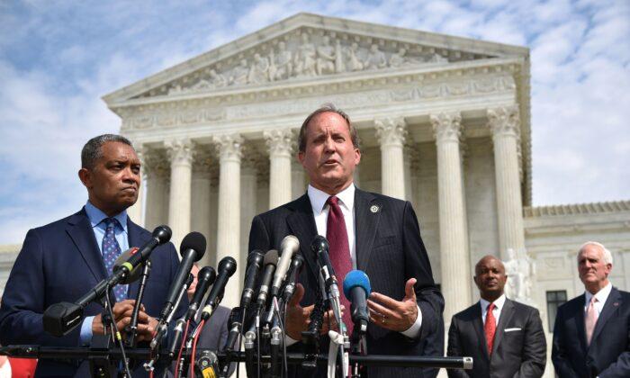 تگزاس پاكستون به نیوزمکس گفت «اگر به قانون اساسی اهمیت میدهید، قوائدی در قانون اساسی وجود دارد كه حضور در جلسات را به عنوان یک نماینده الزام