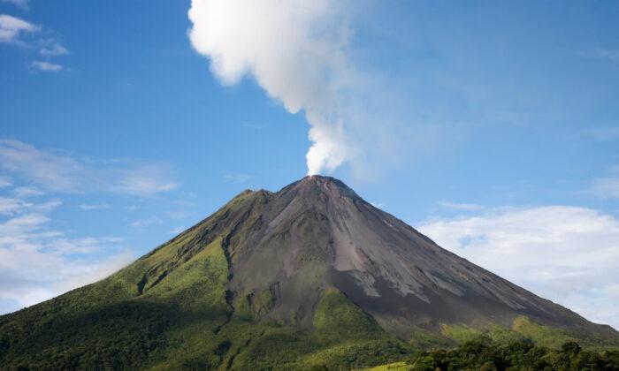 آتشفشان آرنال (Tony Northrup/Shutterstock)