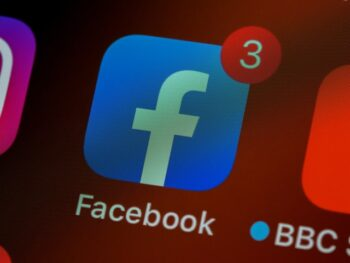 عبارت «سرقت را متوقف کنید» را وقتی همه شرکتهایی مانند فیس بوک و توییتر از قدرت کنترل نشده برای حذف افراد از شبکههای اجتماعی اجتماعی با مخاط