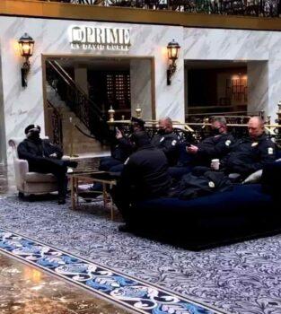 هتل ترامپ اینترنشنال در واشنگتن، متعلق به رئیس جمهور سابق دونالد ترامپ، هفته گذشته ویدئویی منتشر کرد که نشان میداد لابی این مرکز به عنوان محل استراحت برای افسران پلیس در روز تحلیف خدمترسانی کرده است.