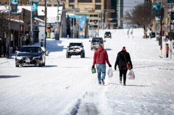 تگزاس با پاکسازی برف و یخ اخیر در تگزاس پس از چند روز سرمای غیر معمول، اجساد افرادی یافت میشود که پس از قطع برق میلیونها خانه، از سرما مرد