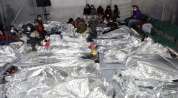 گمرک تصاویر تازه از مناطق مرزی، کودکانی را نشان میدهد که شانه به شانه در یک قفس روباز خوابیدهاند شانه به شانه بر حصیرهایی روی زمین یا