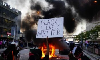 جورج یک مدل سیاهپوست: اگر قاتل جورج فلوید محکوم نشود شهرهای آمریکا به آتش کشیده خواهد شد در تظاهراتها و آشوبهای سال گذشته ، به نظر