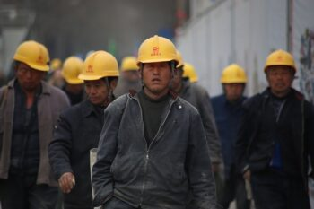 مردم چین نخست، حزب کمونیست چین شرکتهای غربی را با ایجاد این توهم فریب میدهد که پول درآوردن در چین آسانتر از کشور خودشان است، الکیت دولت