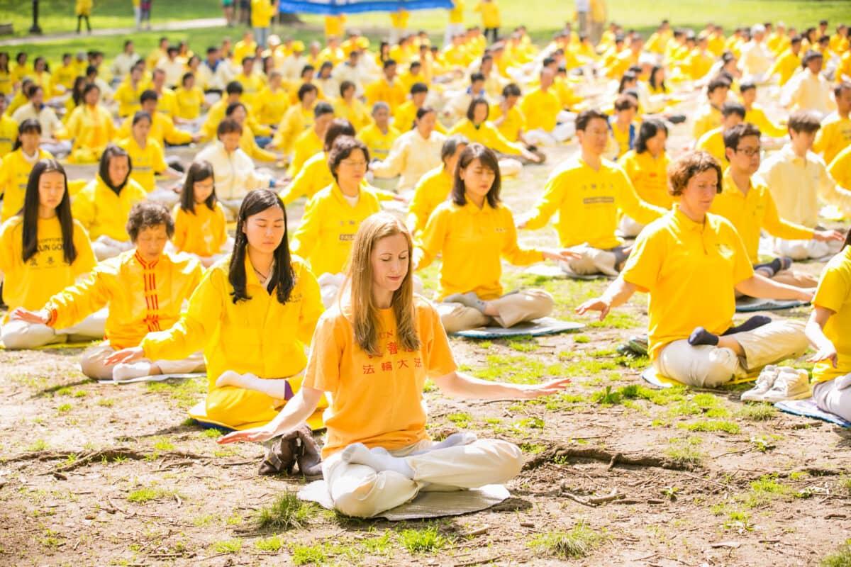 آزار و شکنجه فالون گونگ یا همان فالون دافا، روشی معنوی شامل تمرینات مدیتیشن، و آموزههای معنوی مبتنی بر اصول حقیقت، نیکخواهی و بردباری