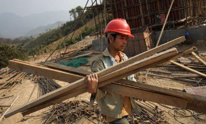 یک کارگر چینی در حال کار در پروژهای در کشور لائوس، در چارچوب طرح یک کمربند یک جاده چین (Aidan Jones/AFP via Getty Images)
