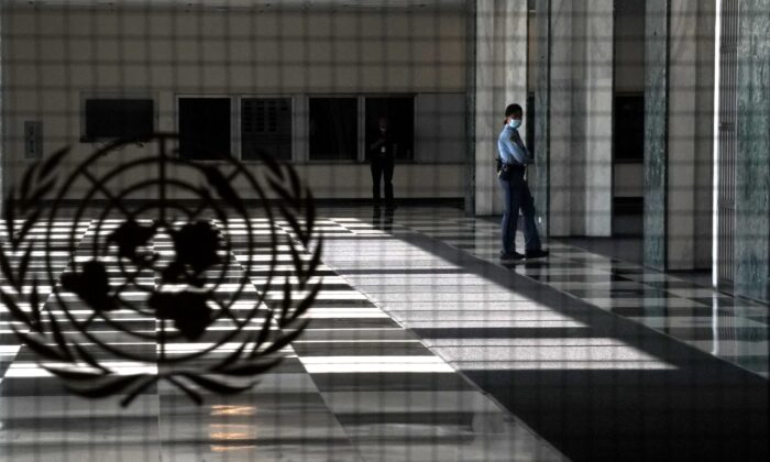 یک افسر پلیس سازمان ملل در 22 سپتامبر 2020 در ورودی خالی سازمان ملل در نیویورک ایستاده است. (Timothy A. Clary/AFP via Getty Images)