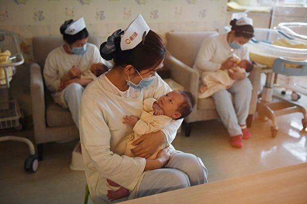 مراقبت از نوزادان توسط پرستاران چینی در یک مرکز در پکن (Greg Baker/AFP via Getty Images)