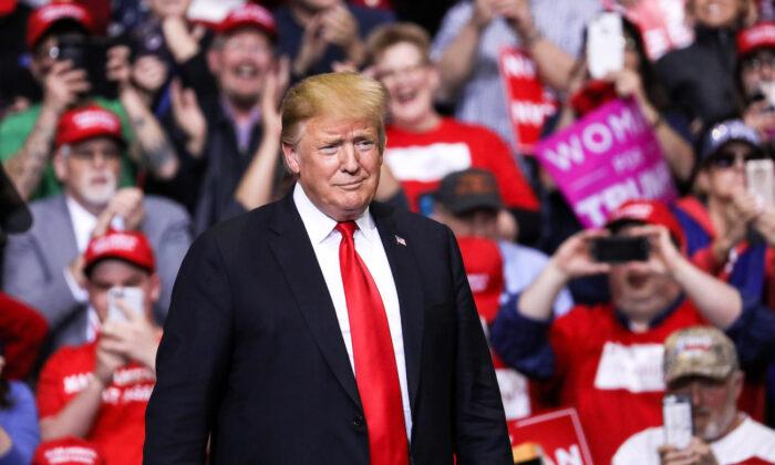گردهمایی دونالد ترامپ، رئیس جمهور پیشین کشور، روز پنجشنبه اعلام کرد آخر هفته چهارم جولای در ساراسوتا، فلوریدا گردهمایی «آمریکا را نجات دهید»