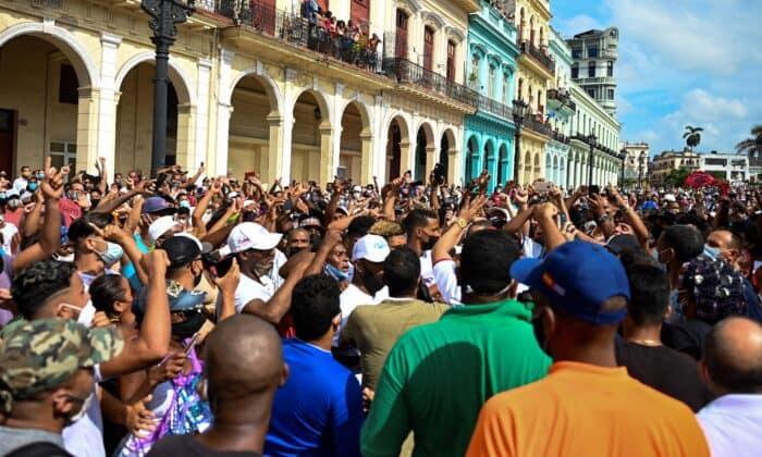 مردم کوبا در تظاهرات علیه رژیم کمونیستی میگوئل دیاز-کانل در هاوانا، در ۱۱ ژوئیه ۲۰۲۱ شرکت میکنند. (Yamil Lage/AFP via Getty Images)