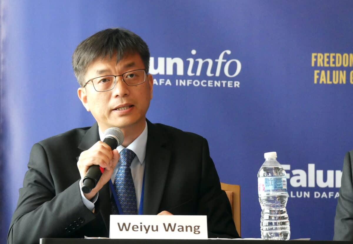 وانگ ویو، تمرین کننده فالون گونگ طی اجلاس بینالمللی آزادی مذهبی در واشنگتن در ۱۳ ژوئیه ۲۰۲۱ سخنرانی میکند. (Sherry Dong/The Epoch Times)