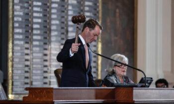حکم بازداشت به گزارش دالاس مورنینگ، داد فیلان، رئیس مجلس نمایندگان تگزاس، روز سه شنبه حکم بازداشت ۵۲ نماینده دموکرات ایالتی مجلس نمایندگان