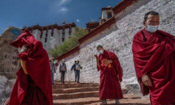 تبت نیروهای چین کمونیست در سال ۱۹۵۱ وارد منطقه گسترده هیمالیا شدند و رهبران تبت را مجبور به پذیرش معاهدهای کردند که قرار بود از سیستم سی
