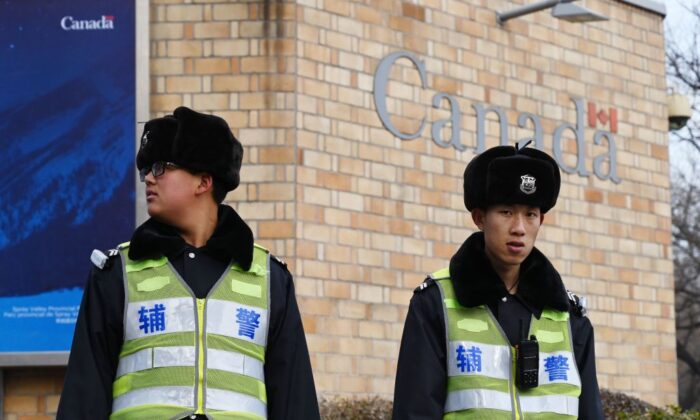 نگهبانان سفارت کانادا در چین (Greg Baker/AFP/Getty Images)
