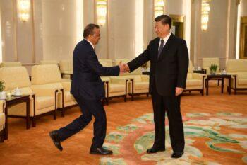 مدیرکل سازمان بهداشت جهانی تدروس آدهانوم (سمت چپ) و شی جین پینگ رهبر حزب کمونیست چین (Naohiko Hatta/Pool/Getty Images)